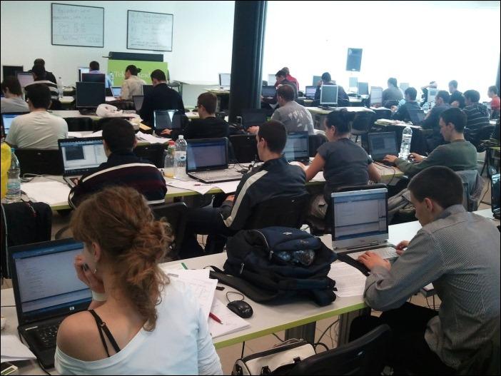 Студенти решават задачи по програмиране - практически изпит по алгоритми, структури от данни и ООп с езика C# в софтурната академия