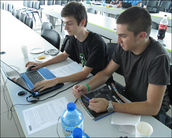 Георги Ангелов и Станислав Гатев решават задачата на финалния кръг в конкурса по програмиране на PC Magazine и Telerik